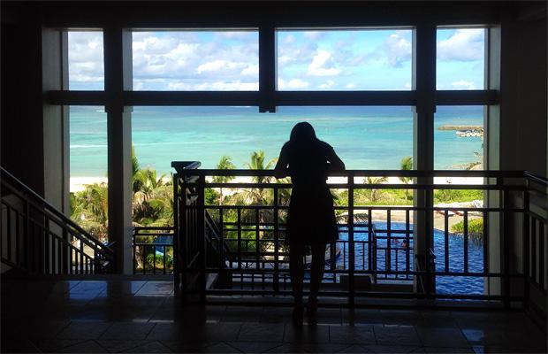 ブセナテラスから海を眺める