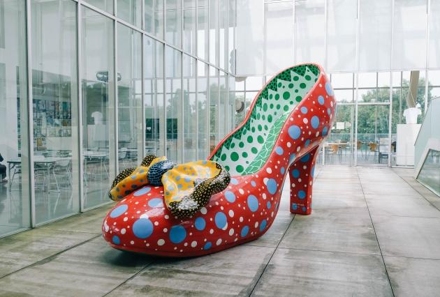 草間 彌生 赤い靴(2002)